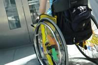 Rollstuhlfahrer vor einem Aufzug © Ilan Amith - Fotolia.com